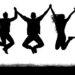 Teenies springen zusammen in die Luft